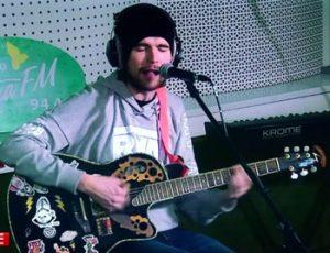 Noize MC играет на гитаре - фото