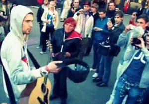 Noize MC играет на улице